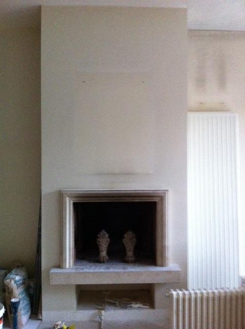 mur de chemin e en b ton cir ou plaquette de briques. Black Bedroom Furniture Sets. Home Design Ideas